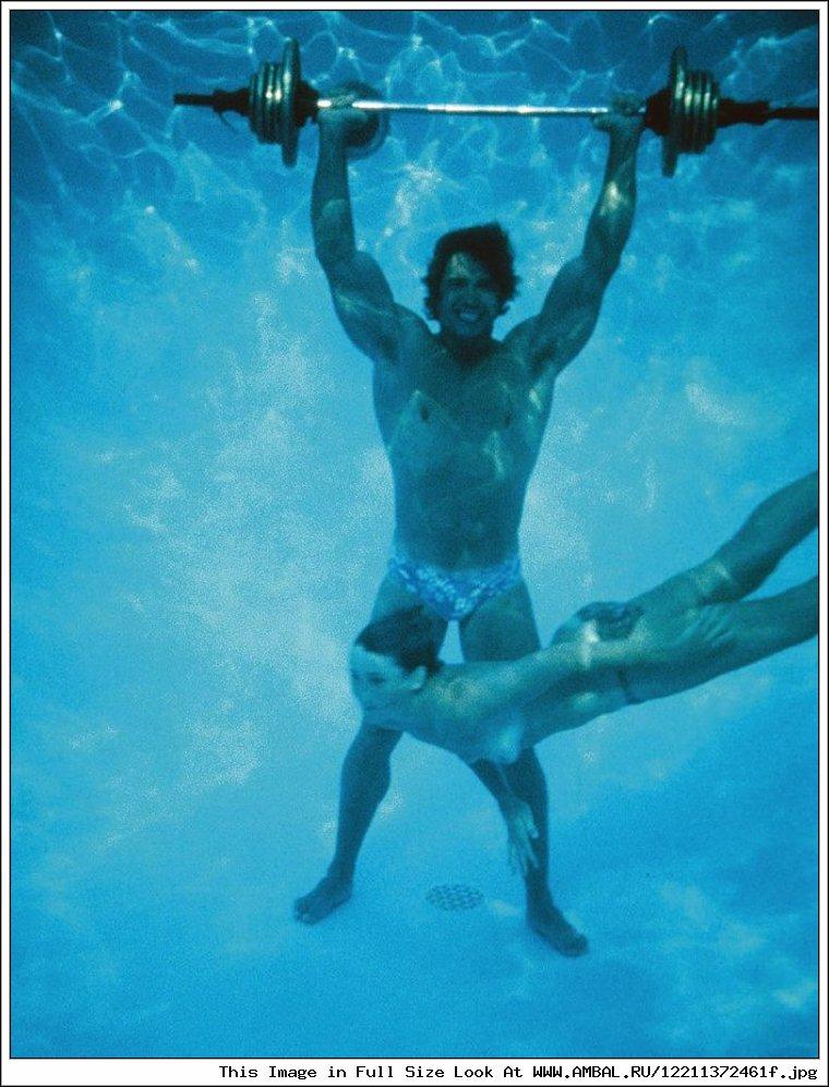 Мужик в бассейне трахает весьма